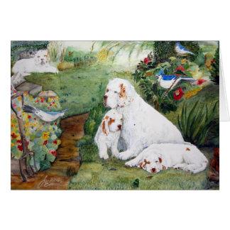 Chiots de Clumber dans la carte de voeux de jardin