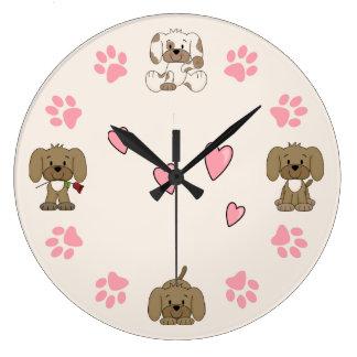 Chiots mignons, empreintes de pattes roses et grande horloge ronde