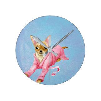 Chiwawa dans une horloge murale de chien de