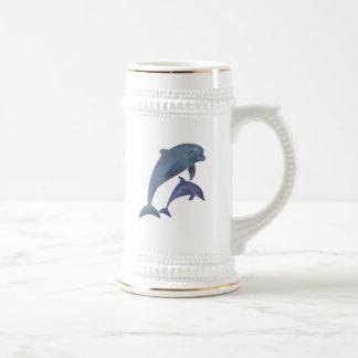 Chope À Bière Deux dauphins tropicaux sautant près de l'un