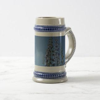 Chope À Bière Stein de Delpininiums de bleu de ciel