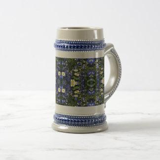 Chope À Bière Stein de Delpininiums et de marguerites