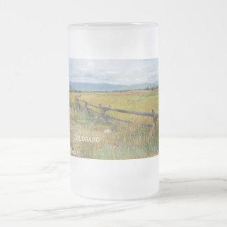 Chope Givrée barrière de rondin par une prairie