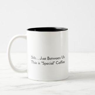 """Chut….Juste entre nous, c'est café """"spécial"""" ! Tasse 2 Couleurs"""