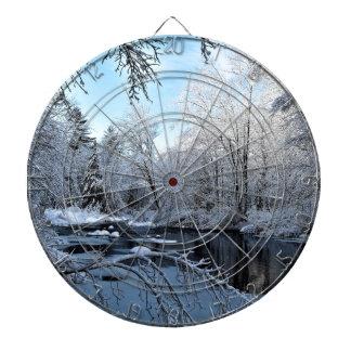 Cible De Fléchettes Le matin Sun sur la neige a couvert la rivière de