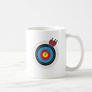 Cible de tir à l'arc avec des flèches mug blanc