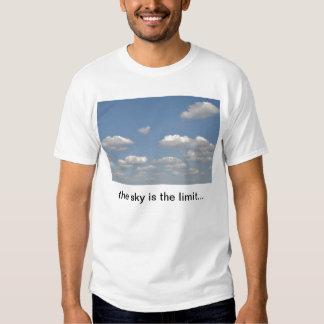 Ciel bleu avec des nuages t-shirts