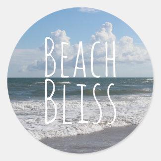 """Ciel bleu """"de bonheur de plage"""", gros nuages et sticker rond"""