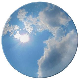 Ciel bleu vibrant avec le soleil et la photo de assiettes en porcelaine