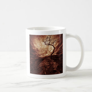 Ciel dramatique au-dessus de vieil arbre isolé mug