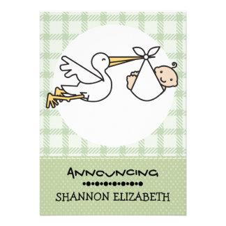 Cigogne avec des annonces d'une naissance de bébé faire-part personnalisables