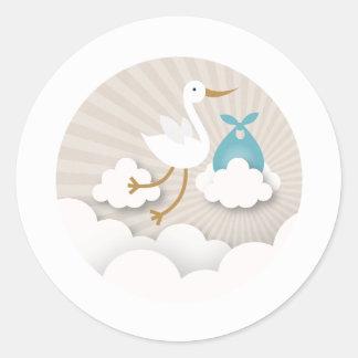 Cigogne avec le baby shower bleu de garçon de sticker rond
