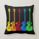 Cinq guitares électriques colorées coussin