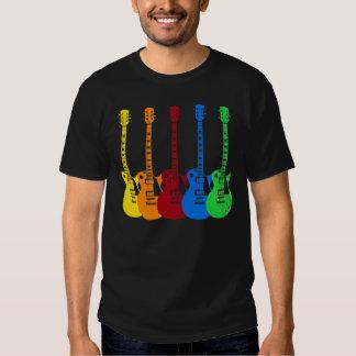 Cinq guitares électriques colorées t-shirts