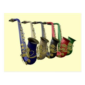 Cinq saxophones colorés dans une ligne carte carte postale