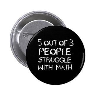 Cinq sur la lutte de quatre personnes avec des badges