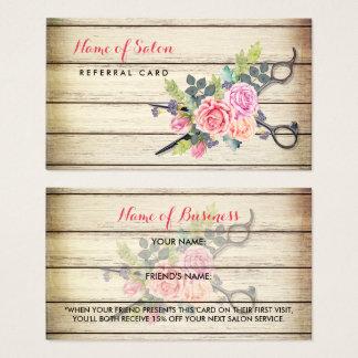 Ciseaux et référence en bois avec du charme d'ami cartes de visite
