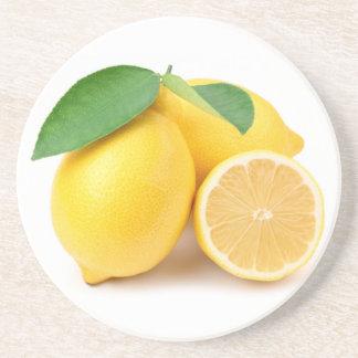 Citrons jaunes lumineux et frais dessous de verres