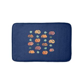 Citrouilles avec le petit tapis de bain de feuille
