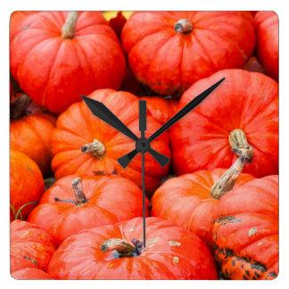Citrouilles oranges au marché, Allemagne Horloge Carrée
