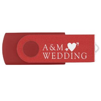 Clé USB nos photos de mariage sauvées sur un rouge