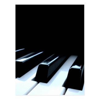 Clés noires et blanches de piano carte postale
