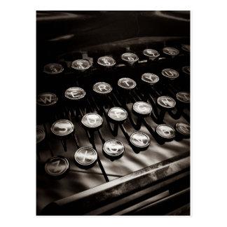 Clés vintages de machine à écrire en noir et blanc carte postale
