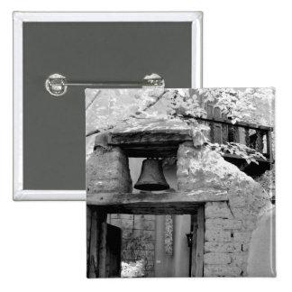 Cloche rugueuse d'adobe dans l'entrée, Santa Fe, n Badge
