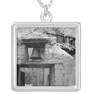 Cloche rugueuse d'adobe dans l'entrée, Santa Fe, Pendentif Carré