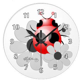 Coccinelle mignonne et marguerites noires et blanc grande horloge ronde