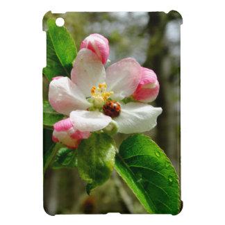 Coccinelle mignonne sur les fleurs blanches de coque iPad mini