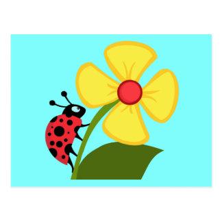 Coccinelle mignonne sur une fleur jaune cartes postales