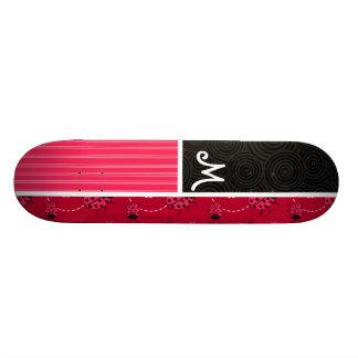 Coccinelle rose et noire planche à roulette