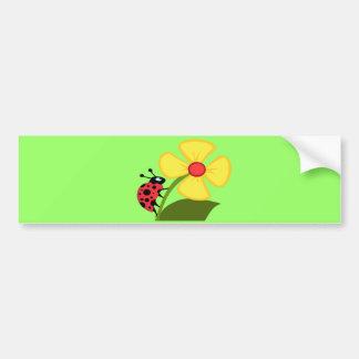 Coccinelle sur la fleur jaune autocollant de voiture