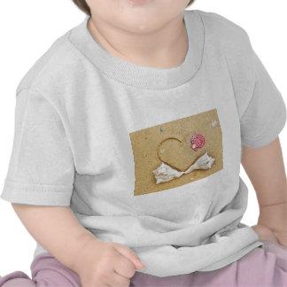 coeur dans le sable avec des coquilles t-shirts