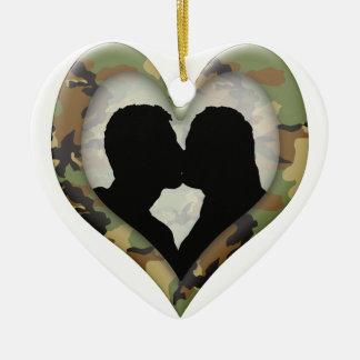 Coeur de camouflage avec les couples de baiser ornement cœur en céramique