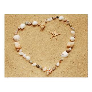 Coeur de coquillage avec la carte postale