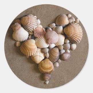 Coeur de Valentine fait avec des coquilles Sticker Rond