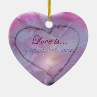 Coeur en ornement de neige et de pétales de rose