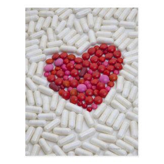 Coeur fait de pilules rouges carte postale