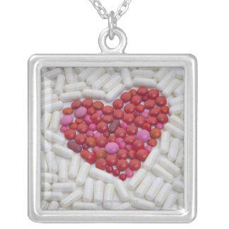 Coeur fait de pilules rouges pendentif carré