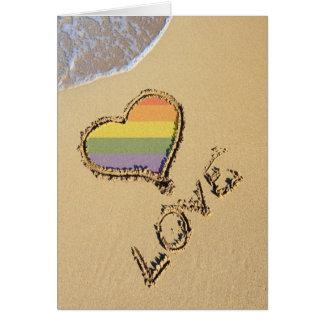 Coeur gai d'amour d'arc-en-ciel dans le sable cartes