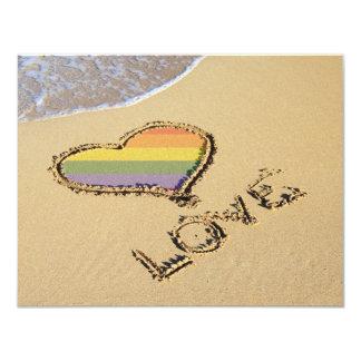 Coeur gai d'amour d'arc-en-ciel dans le sable carton d'invitation 10,79 cm x 13,97 cm