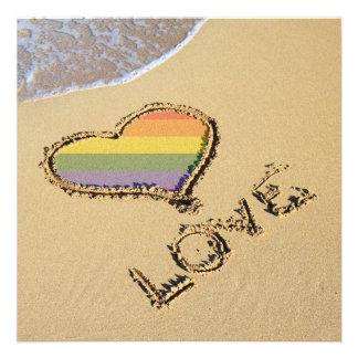 Coeur gai d'amour d'arc-en-ciel dans le sable bristol