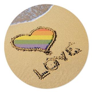 Coeur gai d'amour d'arc-en-ciel dans le sable carton d'invitation  13,33 cm