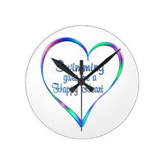 Coeur heureux de natation horloge ronde