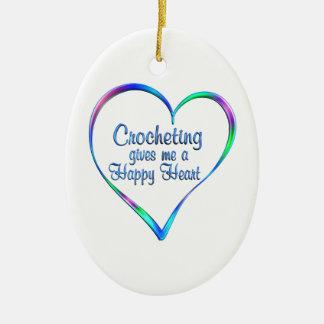 Coeur heureux faisant du crochet ornement ovale en céramique