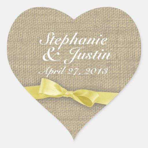 Coeur jaune de ruban et de toile de jute autocollant en cœur