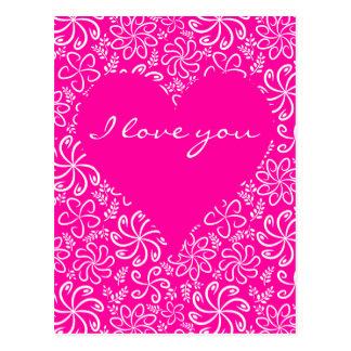 Coeur rose avec la carte postale de fleurs