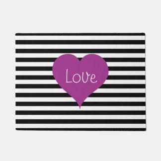 Coeur rose d'amour sur le motif rayé noir et blanc paillasson